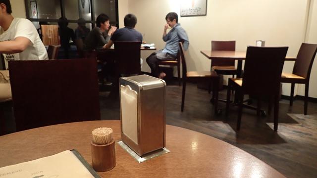 店内は、テーブルとテーブルの間にスペースがしっかりとられていてレストランみたいだ。もっと居酒屋っぽいものを勝手に想像していた