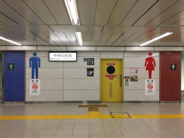 JR新宿駅のトイレ。青・黄・赤のカラーリングが美しい。並びがルーマニア国旗と同じ