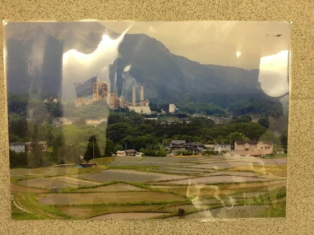 どこなのかさっぱりわからないけど、山・田園・工場と揃ってたら写真撮りたくなるよなぁ