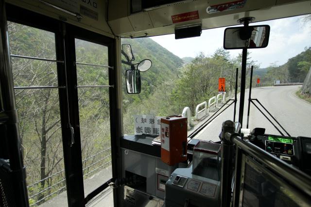 バスは少し待機したのちに出発し、険しい山中をのんびりと進んでいく