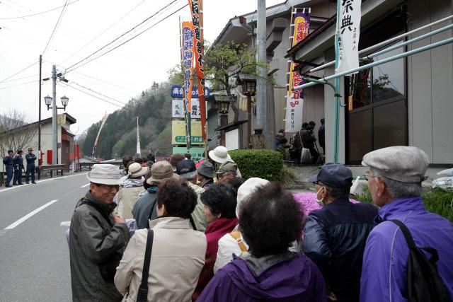 神社の参道には、既に長い行列ができていた