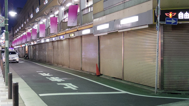 一階の店舗は営業時間を過ぎているから夜はシャッター商店街のようにみえる