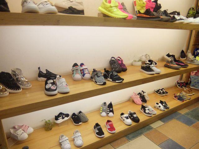 変な日本語系アパレルといえば服だが、そんな靴屋にも変な日本語がっ!