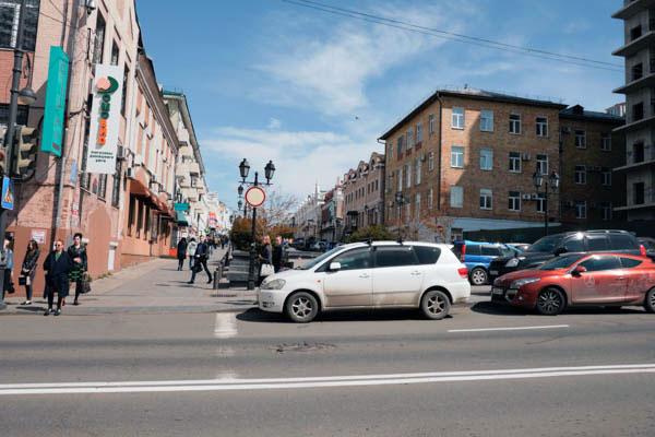 車道は車が多いけど、歩道は整備されてて歩きやすい街 という印象