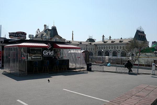 左の建物がファーストフード店。右に見えるのがウラジオストク駅なので、すぐそば。