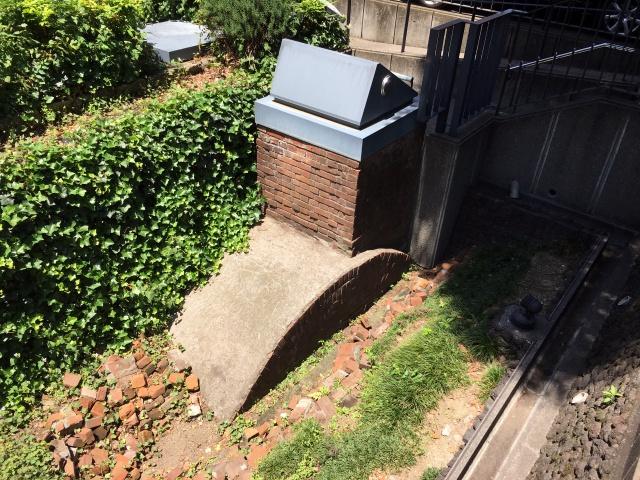 地下貯水槽が遺構として保存されている。ビジネス街の真ん中に突然の遺構