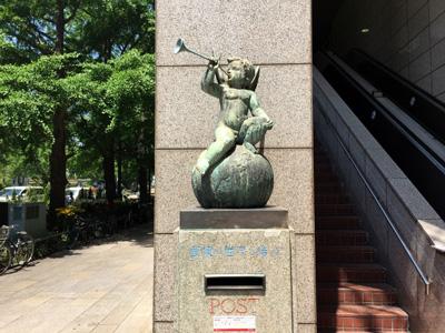 外国郵便創業の局(横浜港郵便局)にあった「郵便は世界を結ぶ」の像がかっこよかったです
