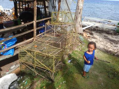 浜のあちらこちらに竹とテグスで編んだカゴが積まれている。