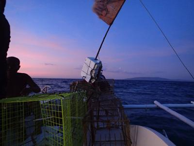 夕方に出船。カゴをロープに結わえて深海へ沈める。旗を立てた発泡スチロールを目印として浮かべておく。