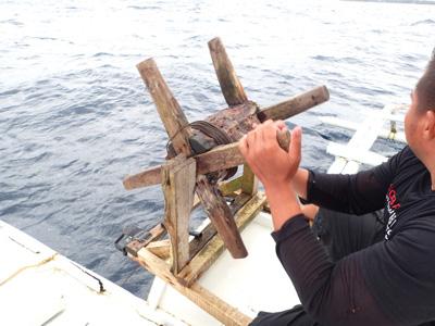 300メートル以上もあるロープを木車に巻きつけて回収。漁師さんたちと交代しつつの作業だったが、むちゃくちゃしんどい!あっというまに腕がパンパンになる。