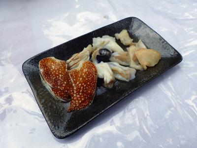 オウムガイの刺身。イカの味わいにトリガイのような食感。「ずきん」部分もチャレンジしてはみたが固すぎて噛み切れず。