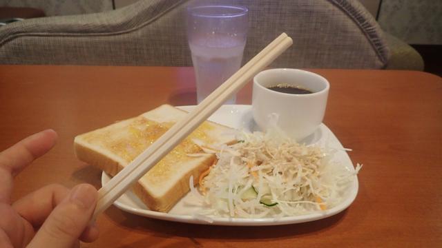 洋風仕立てにしておきながら、食器が割り箸一択という洗練具合にしびれてしまう