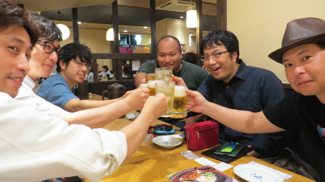 左から、金内さん、松本さん、尼田さん、沖浜さん、西村、イビさん。金内さん、松本さん、尼田さんは、会社員だが「つくると!(http://vol2.tsukuruto.net/maker/index)」のイベントを運営している。沖浜さんは、以前、西鉄バスのイベント(http://nishitetsu.yoka-yoka.jp/e1966110.html)で紹介してくださった方、イビさんは、現在ミュージシャンとして活動されておられる。