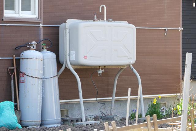 まず、各家庭ごとに「灯油タンク」が置いてある
