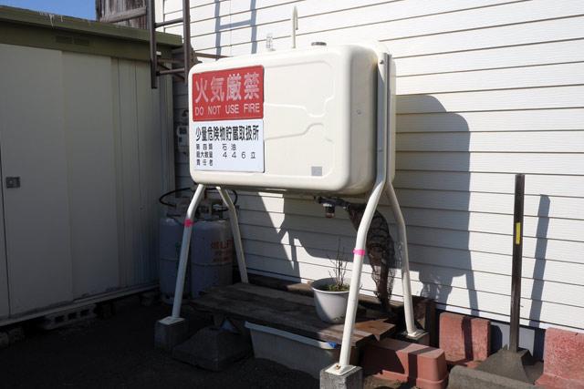 まずは手始めに、義実家にある灯油タンクを見せてもらう。ちなみに灯油は、冬になると定期的に配達してもらっているらしい。寒さが厳しい地域では生活必需品なのだ
