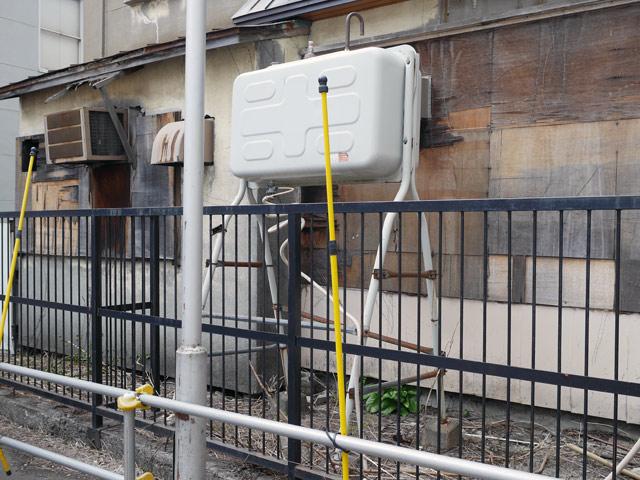 札幌の街で最初に見つけたのは、この灯油タンクであった。義実家にあったのより背が高い! オールド室外機との並びも良い感じで、東京や大阪などではまず見られない光景である