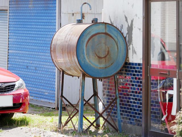 ドラム缶型は、もれなく年季が入っていた。かつては、こいつが標準的な灯油タンクだった時代があったものと想像する。それにしても、機能美を感じさせる最高のフォルムである