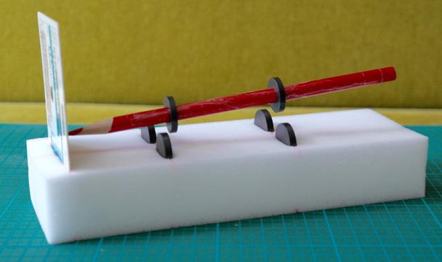 磁石で鉛筆を浮かせている。