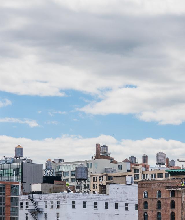見渡すと、マンハッタンはこうやって給水塔だらけなのだ。
