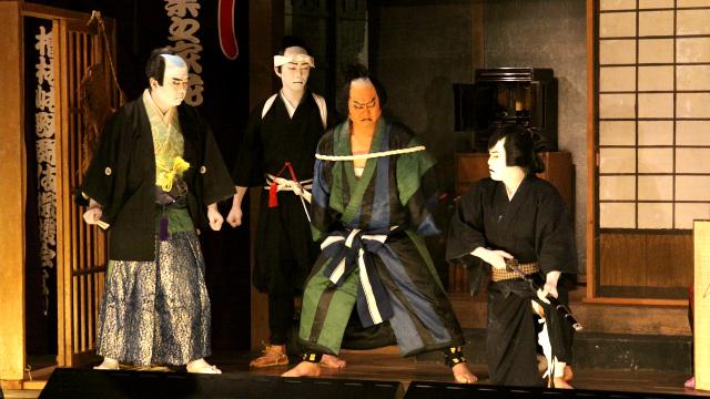 江戸時代から続く歌舞伎を福島の神社で見てきた。演じていたのは専業の役者ではないが本格的。男前な青年が中学生だったのは驚きです。