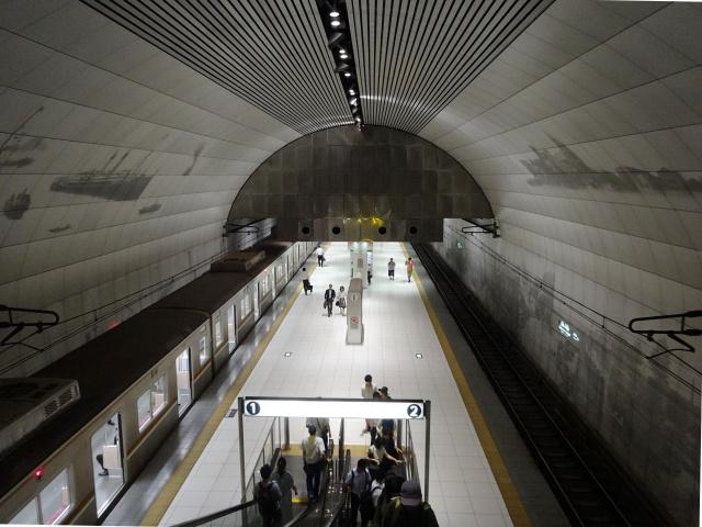 「一冊の本」をコンセプトにデザインされた元町・中華街駅。ホームが吹き抜けでめちゃくちゃカッコいい。壁には開港当時の風景が描かれている