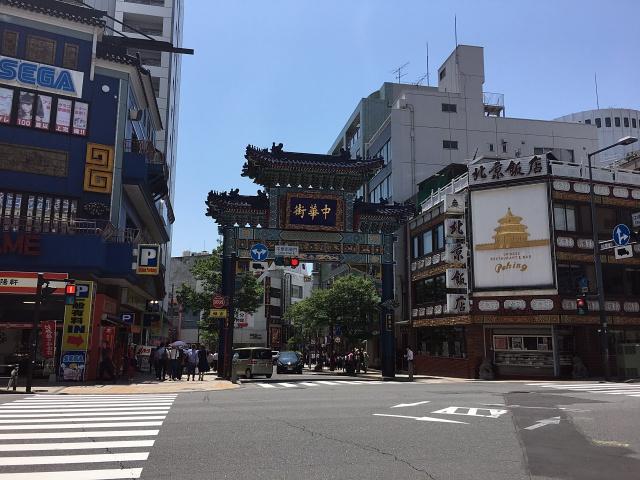 地下通路を曲がって地上に出れば中華街の「朝陽門」。門をくぐるとすぐスタバがあります