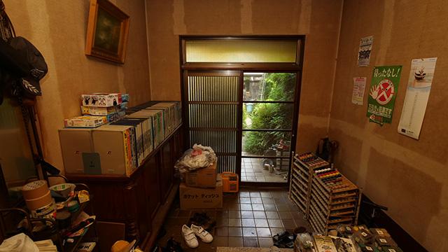 塗料がならべられた玄関。かつてここに犬がいたらしい