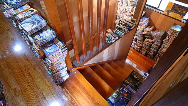 二階に上がる階段にもところせましとプラモデルが並ぶ