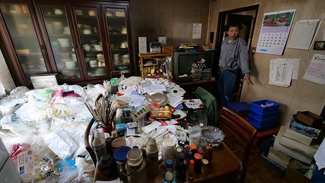 このビニール袋の山はゴミですか?「ゴミっていうかね、あとでゴミに出すときに使おうと思ってためてるんです。でも物を大事にするっていうのもいいかげんにしなきゃいけないですね」ここには断捨離の逆の論理がはたらいてる!