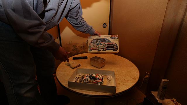 この机は細川隆元(※政治家、政治評論家)さんの家にあったものだそうだ。そうなんだよな~。いい家なのに今はプラモがぎっしりなんだよな~