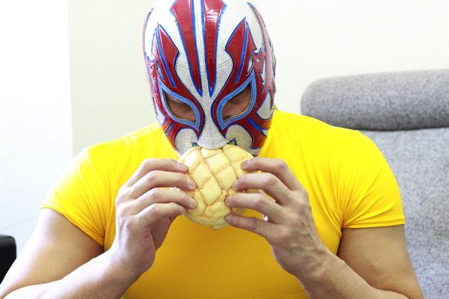 両手でメロンパンを食べる。かわいいを通りこしてファンシーですらある。黄色いTシャツも相まって、だんだんポムポムプリンみたいに見えてきた。