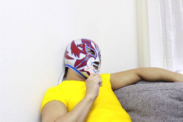 休日をこう過ごしていたら完全なるギャップである。(マスクの上から美顔ローラーを使用して効果があるのかは不明)