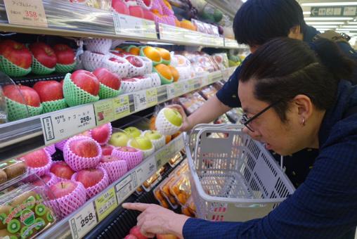 行く前に果物を買いましょう。