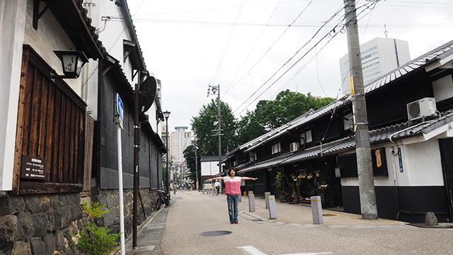 300年前火事で多くの家が消失。その後、火がうつらないように四間(約7メートル)拡張したという通り。