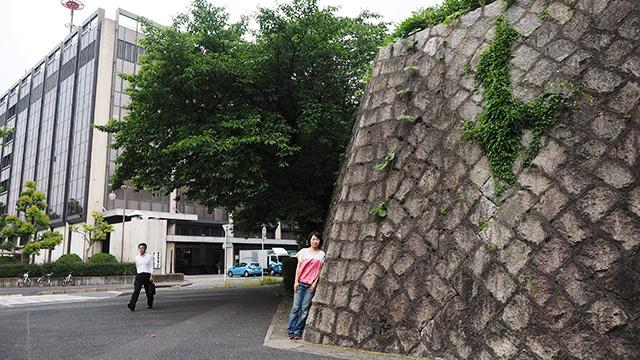 中日新聞本社の横に、石で補強された高い土塁が残っていた。詳しくないけど、すごい高さじゃない?