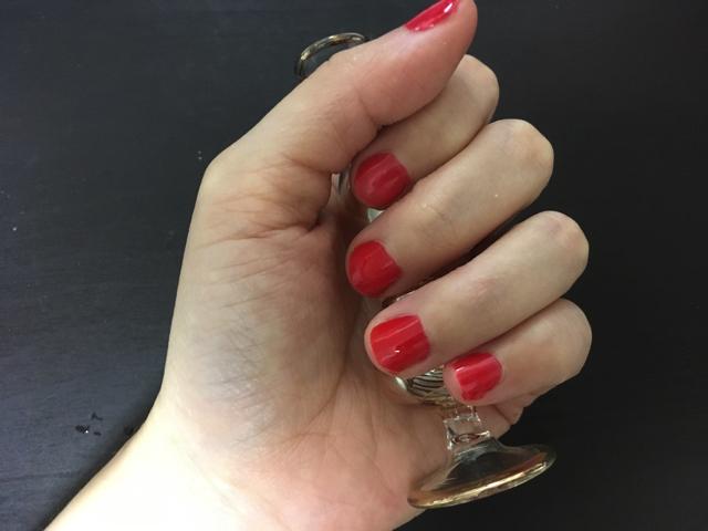 このために爪を赤く塗りました。おしゃれなビンとかを持って撮影するのがネイル写真のセオリーだそうです。