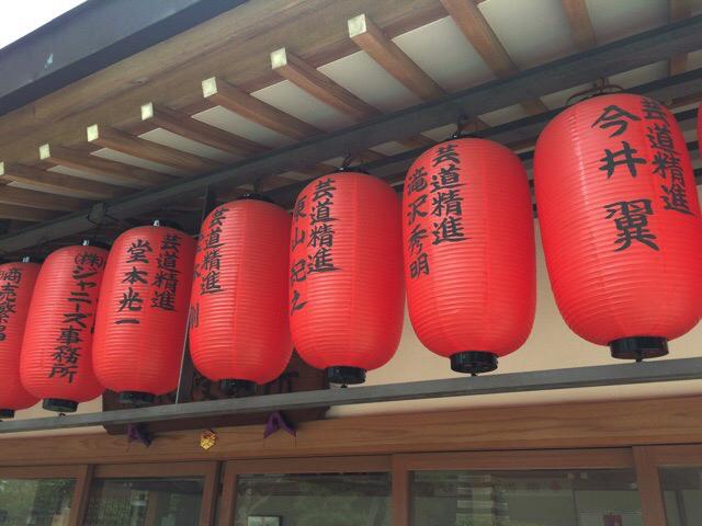 豊川稲荷(赤坂見附)で見つけたジャニーズ赤提灯。この提灯だけ抽出します。和なので心配です。