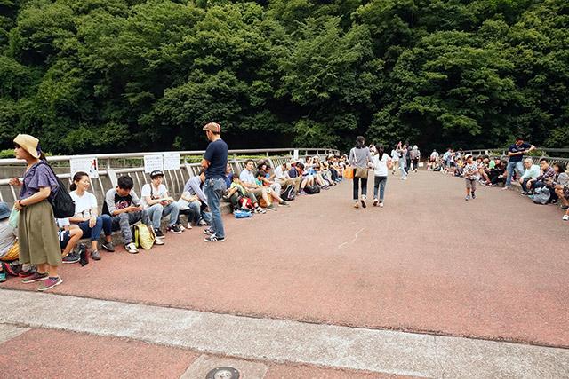エレクトリカルパレードを待つ人並みの混雑