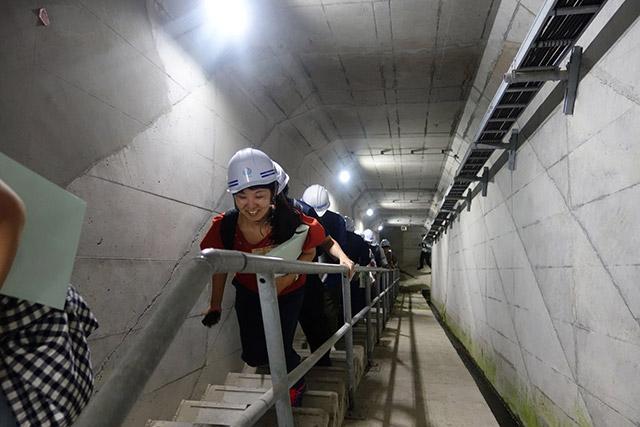 ダムの中なら急階段も笑顔