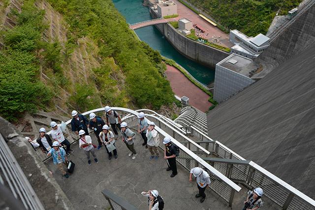 ダムの上から下まで続く階段も一部見せてもらった