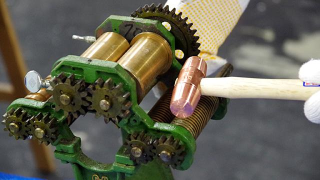 歯車、真鍮、鋳物…アナログ要素しかない機械を分解して洗浄してまた組み立てる。整備自体が趣味! という深い世界に触れる記事。