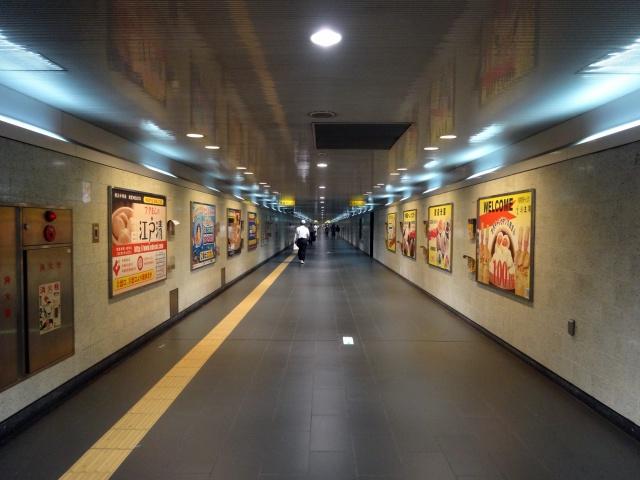 みなとみらい線の元町・中華街駅。中華街へと抜ける地下道が消失点が見えるレベルの長さ…のようで実際はそこまででもないというトリッキーなことに。