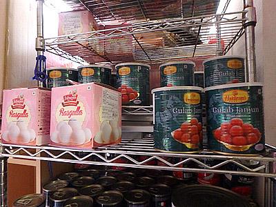 チウラを買った店に世界一甘いお菓子「グラブジャムン」と「ラスグッラ」が売っていました。アマゾンじゃなくてここで買えたか。