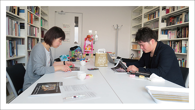 写真は下の記事より引用しました。右が菊池先生。