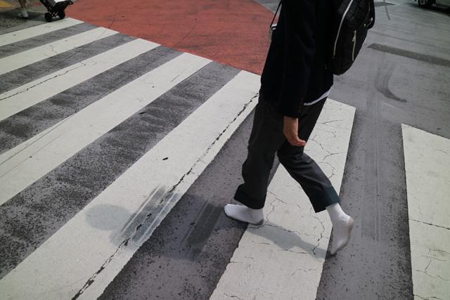 横断歩道は、白いところと黒いところで踏んだ感触が全然違う。
