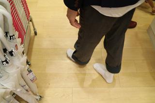 撮影を終えて替えの靴下を買おうとダイソーに入ったら、床がフローリングですごく落ち着いた。家みたいだ。
