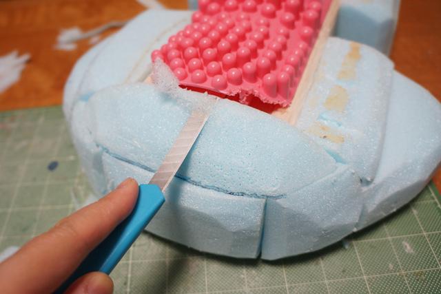 ここからサクサクと削って、手足と頭の形を出していく。手探り・・・
