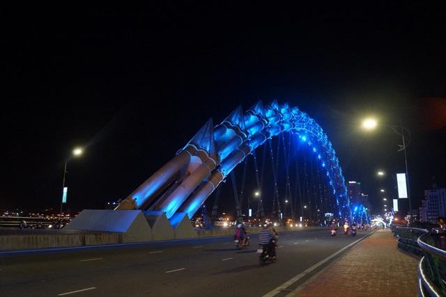 橋から背中が山なりに飛び出している。青とか緑とか金とかにも光ります。