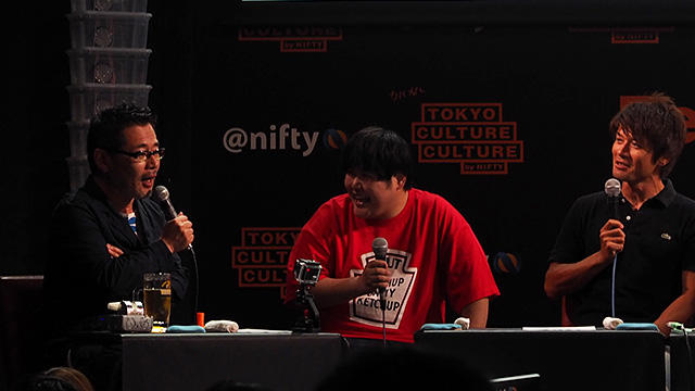 林さんのアメリカみやげのケチャップTシャツを着こなし完全にケチャップボトルになってる江ノ島くん。サポートで担当編集・安藤さんが横につく。