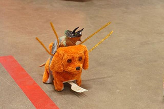 これは去年のイベントでロボットの見本として作った通称「犬」。本体である犬のおもちゃ、当時これは茶色やピンク等の単色しかなかったのだけど…